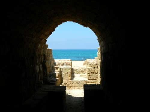 Through the ruins at the sea
