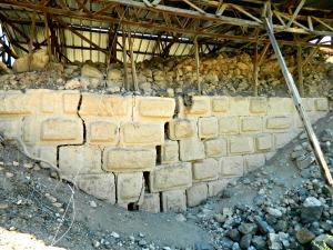Earthquake-cracked walls